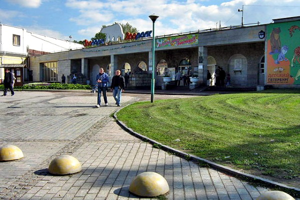 The old Park Leningrad Zoo in St Petersburg, Russia - Photo courtesy of Peterburg23, Wikimedia.